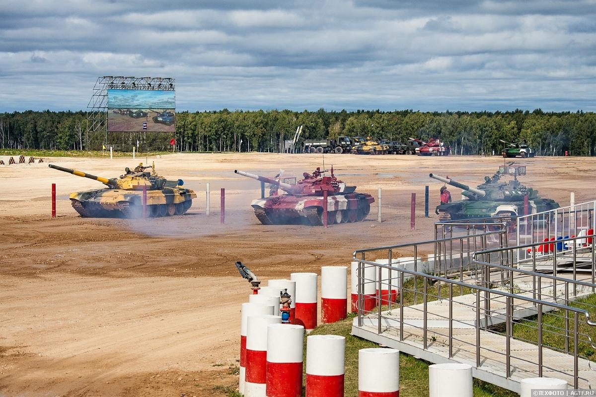 Финальный заезд II дивизиона конкурса «Танковый биатлон».