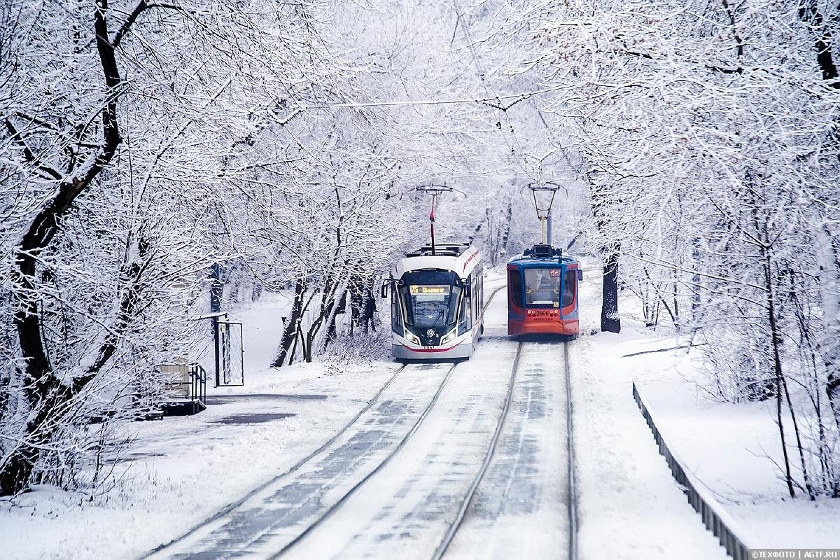 Трамваи в снегу.